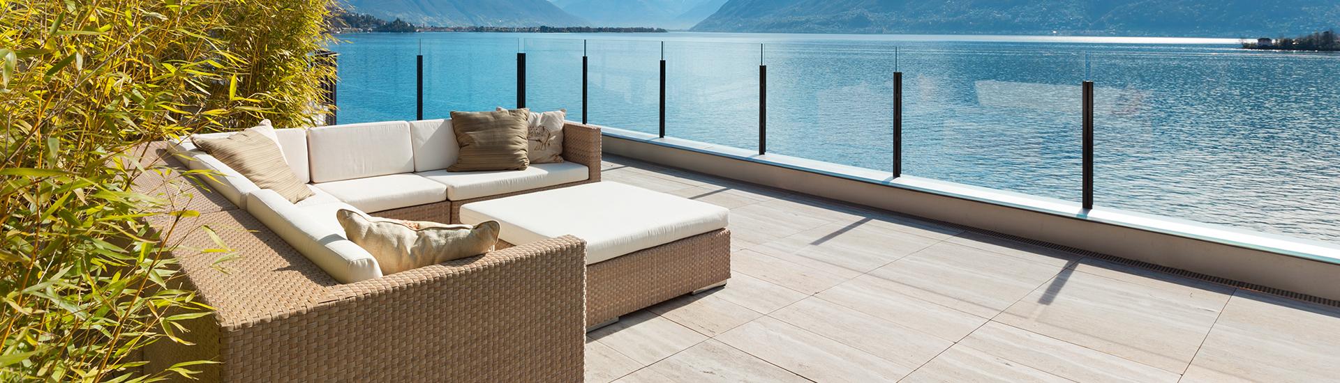 Des canapés et une petite table basse près d'une grande étendue d'eau.