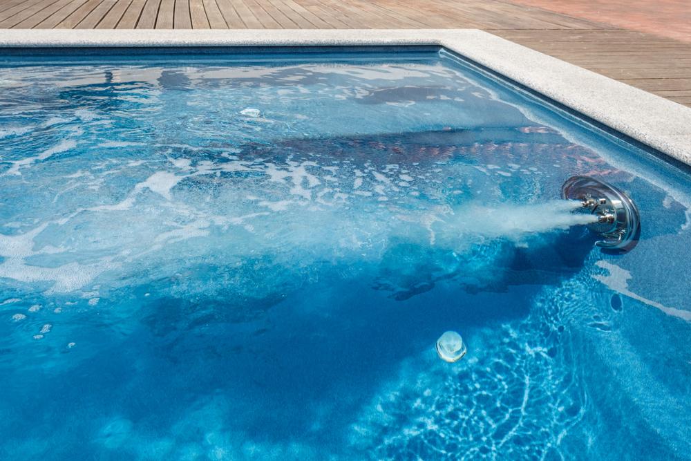 Un système pour donner un effet de nage à contre-courant dans la piscine.
