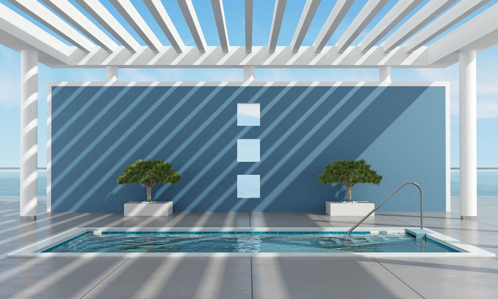Un pergola design protégeant une piscine du soleil.