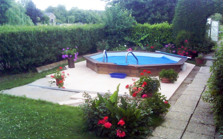 plantes fleuries autour d'une piscine en bois